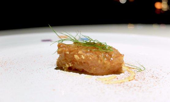 Tamarindo, ossia dentice, tamarindo, paprika, liquirizia, crosta di pane fritto, finocchietto selvatico di montagna. Il dentice viene marinato tra le 8 e le 10 ore in acqua di mare