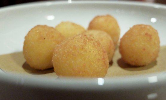 La cena, negli scatti di Tanio Liotta. S'inizia con Praline di parmigiano reggiano 30 mesi come appetizer