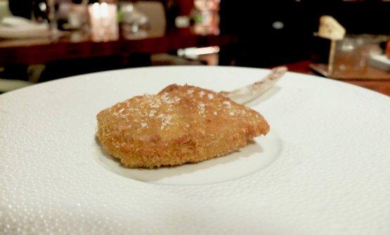 Ottima la classica Costoletta alla milanese al rosa, crema di patate, biete e funghi trifolati. Ha una doppia panatura, panko e pane grattugiato