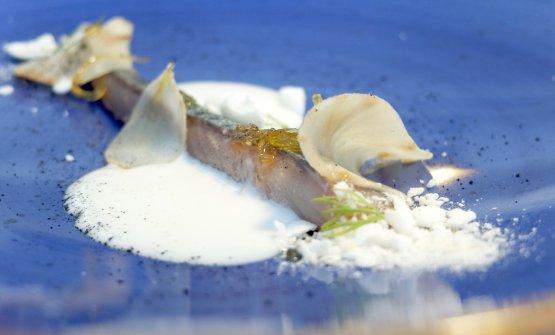 Grande piatto è loSgombro, cocco, limone, topinambur, dall'equilibrio perfetto. Il pesce viene marinato per 24 ore in latte di cocco affumicato, poi topinambur marinato, sfoglie di limone candite e meringa acidula. Valentinetti ama esaltare gli ingredienti poveri, e lo fa benissimo