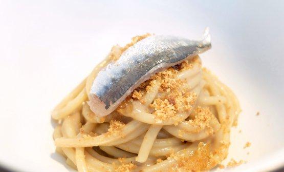 """Spaghetto Felicetti, sarde e sarde, limone. Il pesce è marinato e anche in crema (da qui """"sarde e sarde""""), poi pangrattato tostato all'aglio elimone candito"""