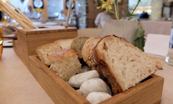 I pani maison sono di quattro tipi: alle patate e licheni, bianco, integrale, un pan brioche al curry, poi focaccia e grissini. Il lievito madre ha 49 anni