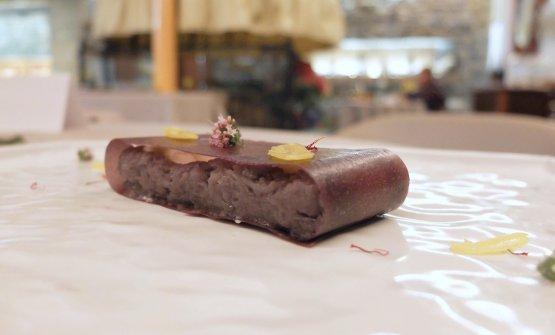 Interessante questa Cialda di cipolla rossa di Cavasso ripiena diformaggio salato dellaVal Tramontina, cipolla rossa stufata, tuorlo d'uovo marinato due settimane, zafferano dellavalledel Natisone, fiore di maggiorana
