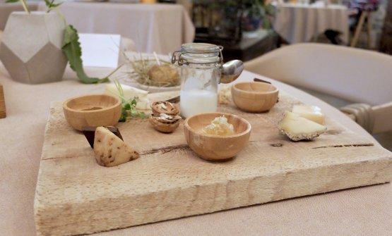 Degustazione di formaggi: grana di capra, covone al carbone, formaggio mezzano,formadi frant, un erborinato nel malto... Al centro, dello yogurt fresco di capra, poi una patata nel fieno