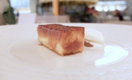 Pan brioche al caramello, gelato al cioccolato bianco, passion fruit, crumble al cioccolato