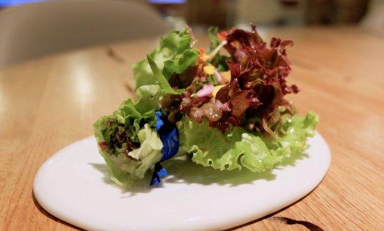 Bouquet di sette insalate ed erbette, crema e granella di pistacchio salato. Bello e buono