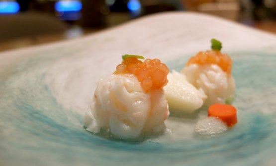 Senza via di scampo: scampi marinati allo yuzu, tapioca, gel di scampi su brodo di cinque mele, granita di yuzu.. Bel piatto, tutto giocato sul contrasto dolce-acido, con il bellissimo apporto del succo del mix di mele