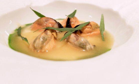 Spugna: cozze al burro nocciola acidulo su soffice crema di mandorla ed estratto di dragoncello