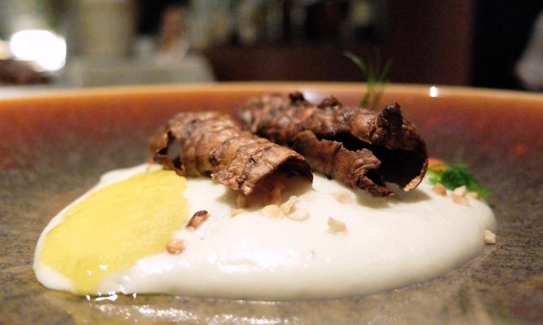 Topinambur al forno e poi fritto, peperone arrosto, bagna càuda, crumble di porcini, profumo di tartufo. Un piatto quasi-vegetale godibilissimo