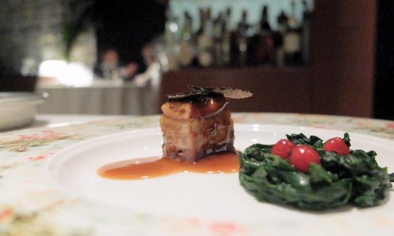 Terrina di fagiano e anguilla, tartufo nero, fondo di fagiano acidificato al ribes, spinacino. Il fagiano è sia in polpa che in mousseline. Delizioso