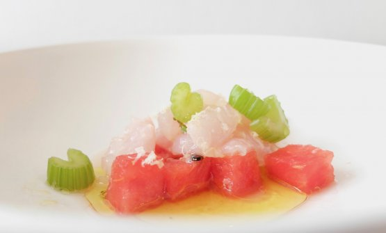 Delizioso il Carpaccio di pesce capone, anguria, maggiorana, rafano e sedano