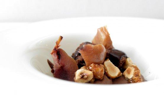 Cremoso con biscotto soffice al cioccolato 70%, nocciole caramellate, pere Camusine al Cannunau