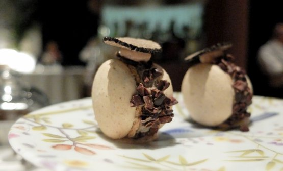 Macarons alla salvia, ganache al foie gras e tartufo nero, rosmarino