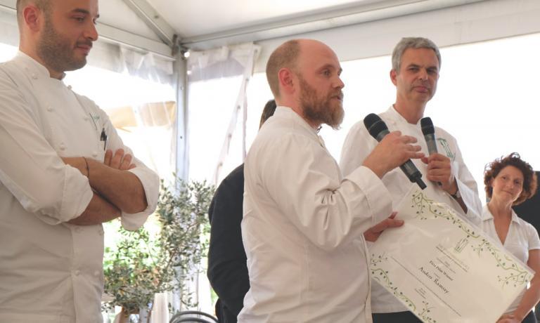 Anders Ramsay ringrazia per il il premio ricevuto sotto gli occhi del creatore di The Vegetarian Chance Pietro Leemann
