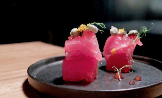 """Siinizia con le """"tapas mutanti"""", ossia tapas il cui consumo viene consigliato con cocktail in abbinamento (ma si possono anche ordinare senza, eh...). Anguria/tonno sashimi, perfetto con un Negroni (e molto buono di suo)"""