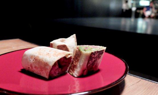 Burrito messicano, con carne appena appena scottata eguacamole. Ma l'esterno è una piadina romagnola. Proprio buono