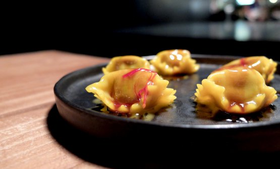 Raviolo in metamorfosi: con ripieno di ossobuco e salsa allo zafferano