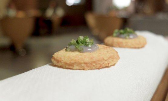 Biscotti al formaggio, cipolle rosse in crema e coriandolo