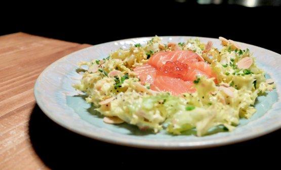 Salmone affumicato, salsa tartara,uova di salmone, indivia e mandorle tostate