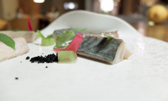Sgombro, polvere di olive nere, cipolla rossa in agrodolce, gel di sedano. Convincente, il pesce è cotto al vapore, poi una passata di cannello a scottarne la pelle
