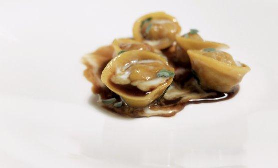 Perfetti i Tortelli di pasta all'uovo ripieni d'anatra, demi glace d'anatra, fonduta di taleggio del Boscasso, maggiorana