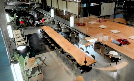 Il tavolo sociale del bistrot visto dal livello superiore