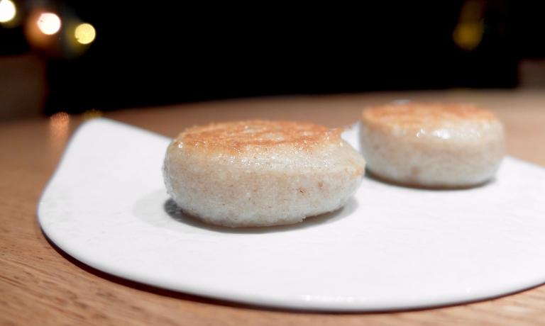 Pane e Grana Padano. Il panetto, alla cinese come un bun, è prima cotto al vapore, poi arrostito