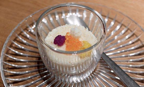 Cotto-crudo, morbido-croccante, acido-basico: cavolfiore: crema di cavolfiore, crumble, uova di trota. Un piatto del 2014. A parte, un cucchiaio di olio di semi di sesamo