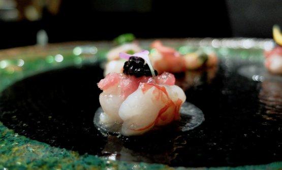 Duo di gamberi rossi di Mazara del Vallo. Qui con foglie di daikon marinate nell'aceto di vino, caviale di storione e tartare di tonno...