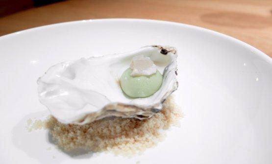 Ostrica Prestige des Mers erborinata e tè matcha(2018), in due servizi, Il primo è una sferificazione di tè matcha con crumble di citronella e mandorle...