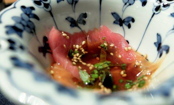 """Tris di carpacci: in questo caso di tonno e salmone, con la salsa """"5continenti"""" che è ideazione dello chef, a base di soia e un mix di spezie da tutto il mondo"""
