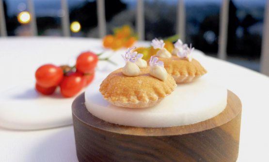 Puffed crackers with cream of anchovies and tomato.You can eat them with three types of tomatoes (in the background), chosen among the 60 available in the vegetable atLa Madernassa. In the glass, tomato water with vanilla from Tahiti and rum agricole
