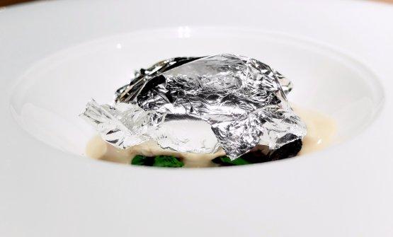 Branzino al cartoccio, olive candite e limone al sale: un piatto degli anni '80 rielaborato nel 2018, con foglie d'argento efumetto di pesce
