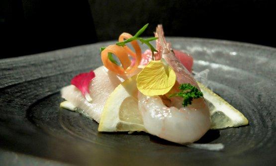 Sashimi misto: gambero gobbetto sardo, ricciola giapponese, tonno siciliano. Con salsa ponzu