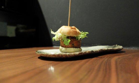 MIniburger di salmone canadese con soia e zenzero, polpette di cima di rapa, panna acida allo yuzu e barbette di barbabietola rossa