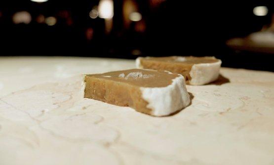Assaggiamo anche un esperimento di Bisetto, che invecchia della rapa di Chioggia e le inocula i fermenti del Roquefort. Molto interessante: un finto formaggio raffinato