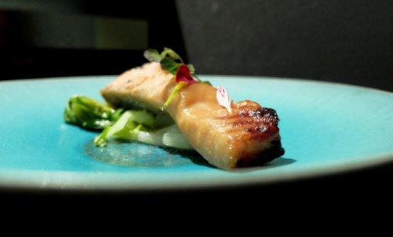 Salmone alla doppia marinatura di soia e shōchū, miso dolce. Grigliato, con pak-choi al vapore