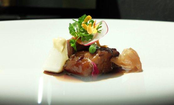 Maialino di Nebrodi cotto 16 ore, soia, sake, mirin, mele caramellate, daikon, senape giapponese. È uno dei piatti signature dello chef, lo chiamaWikakuni, alludendo al maialino tipico della tradizione giapponese lessato appunto per 16 ore secondo un'antica tecnica della cucina kaiseki