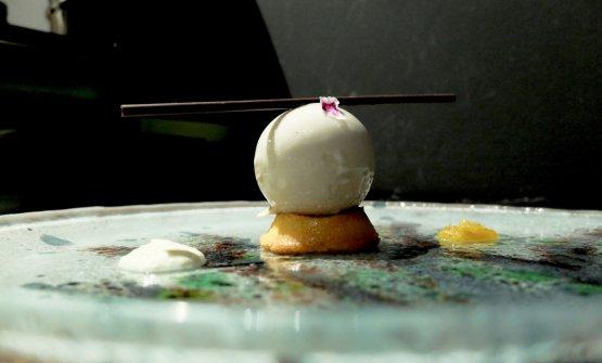 Pianeta: sfera di cioccolato bianco,dacquoise, madeleine all'arancia, composta di arancia tardiva, emulsione di finocchietto selvatico