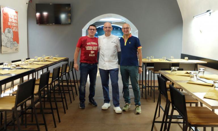 Franco Pepe al Terrae Motus coi due soci, Mario Cipriano, produttore di birra artigianale, el'agronomo Vincenzo Coppola(foto Tanio Liotta)