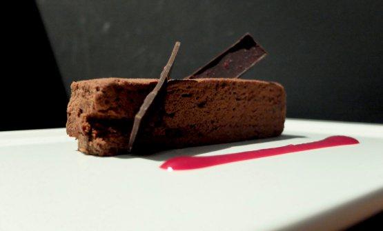 Doppia consistenza di cioccolato Valrhona 67%, perle di wafer al cacao, salsa ai lamponi