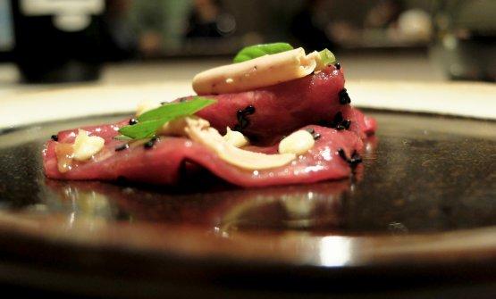 Altro gran piatto: Sashimi di filetto di bue, foie gras, umeboshi, salsa bernese e sesamo