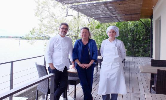 L'architetto Adriana Paolini, patron del boutique hotel Oche Selvatiche di Grado, tra Roberto Franzin e la sua sous chef. I due ci hanno preparato una cena di gran livello, al Tarabusino, ristorante dell'hotel, a Grado