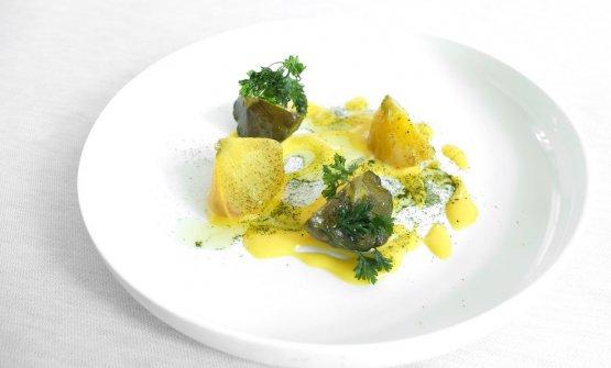 La portata precedente è servitacon zucchine, zafferano e una salsa al limone