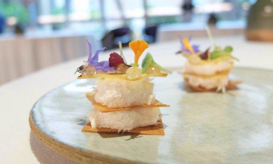 Delizioso il Baccalà mantecato servito in millefoglie di patate con gel di carpione, a ricordare la sarda in saor
