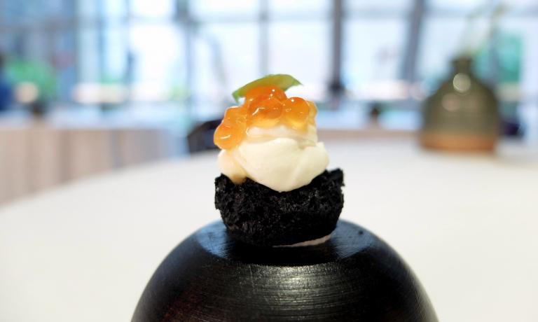 Spugna al nero di seppia, crema di aringa e uova di salmone