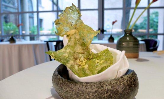 Insalata di mare in tempura con lime e cumino. La cialda è fatta in realtà con alghe