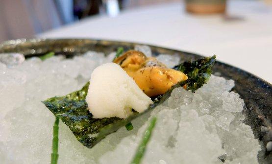 Un altro gran piatto: Cozza, alga, sorbetto di limone, pepe di Sichuan, salicornia e wasabi