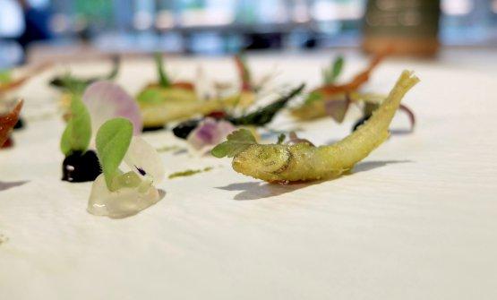 Acquadelle in gioco di salse. Le acquadelle o latterini, piccoli pesci dell'Adriatico, sono in pastella. Poi paprika, nero di seppia, alloro,saba, bernese al nero, salsa ponzu, gel di carpione, limone salato. Splendido