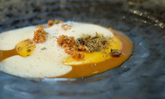 Crema di patata dolce americana, crumble di nocciole tostate, capperi, aria d'acciuga. È uno dei primi piatti studiati da Donato Ascani per il Glam